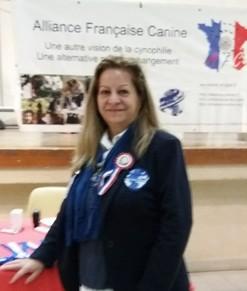 Jueza ACCAM- ACW, Maria Franco, juzga en la Exposición Canina Alianz celebrada en Francia